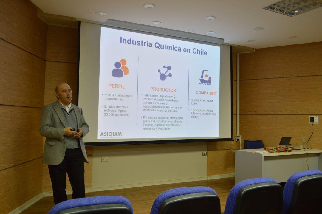Egresado del DIQ, Gerente General de ASIQUIM, dictó charla a Ingeniería Química