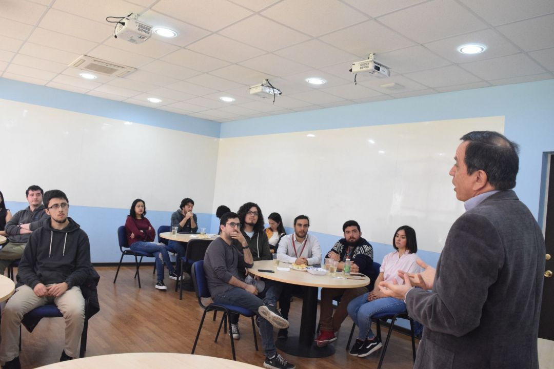Decano se reúne con diferentes estudiantes de Postgrado de nuestra Facultad