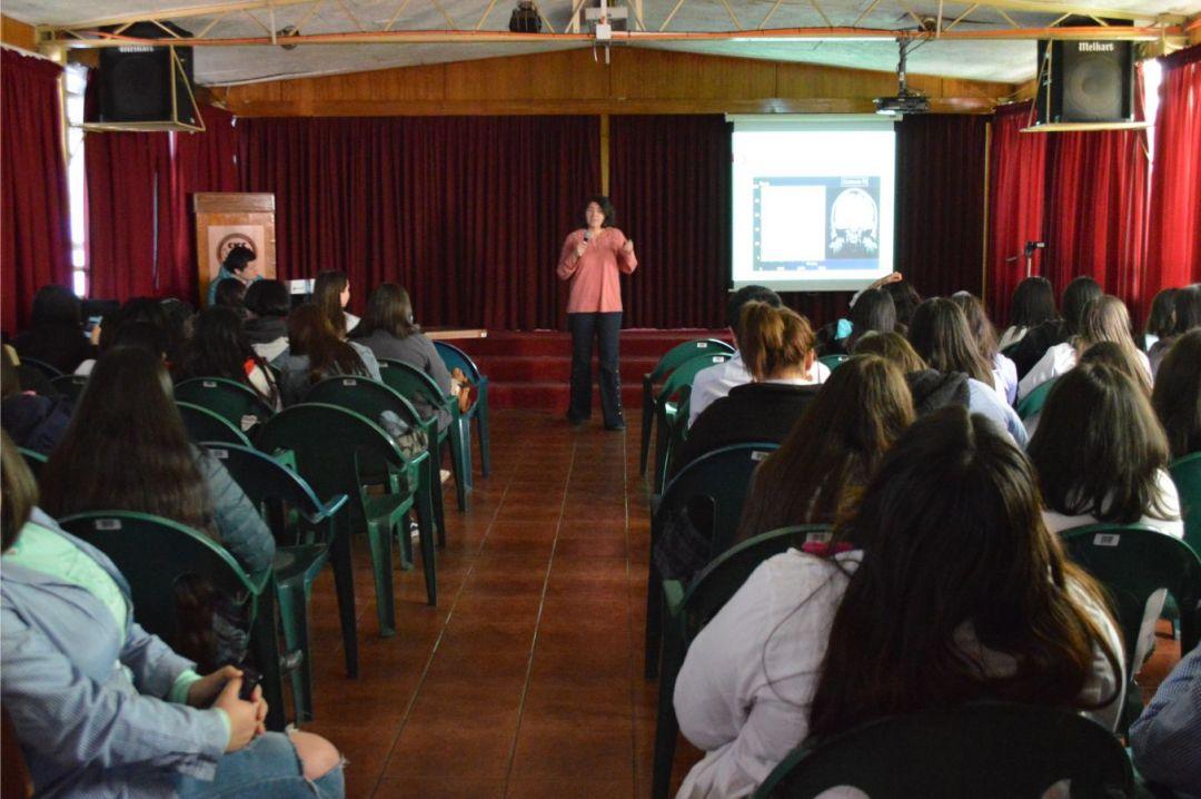 """Investigaciones de docentes FI fueron parte de """"Científicas al Aula"""" en liceo ETP"""